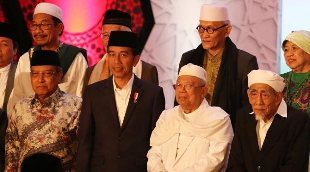 Dari Depan Kanan Ke Kiri - KH. Maimoen Zubair, KH. Ma'ruf Amien, Presiden Jokowi, KH. Said Aqil Siroj