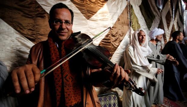 Seorang Muslim Sufi memainkan biola dalam perayaan Maulid Al-Rifa'i di Kairo, Mesir, 16 Maret 2017. Sejumlah kaum Sufi di Kairo merayakan Maulid Al-Rifa'i dengan bermain musik berkeliling kota. REUTERS/Amr Abdallah Dalsh