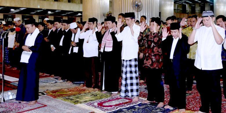 Presiden Joko Widodo (Jokowi) menunaikan shalat tarawih di Masjid Istiqlal, Jakarta, Senin (6/6/2016).(Rusman - Biro Pers Setpres)