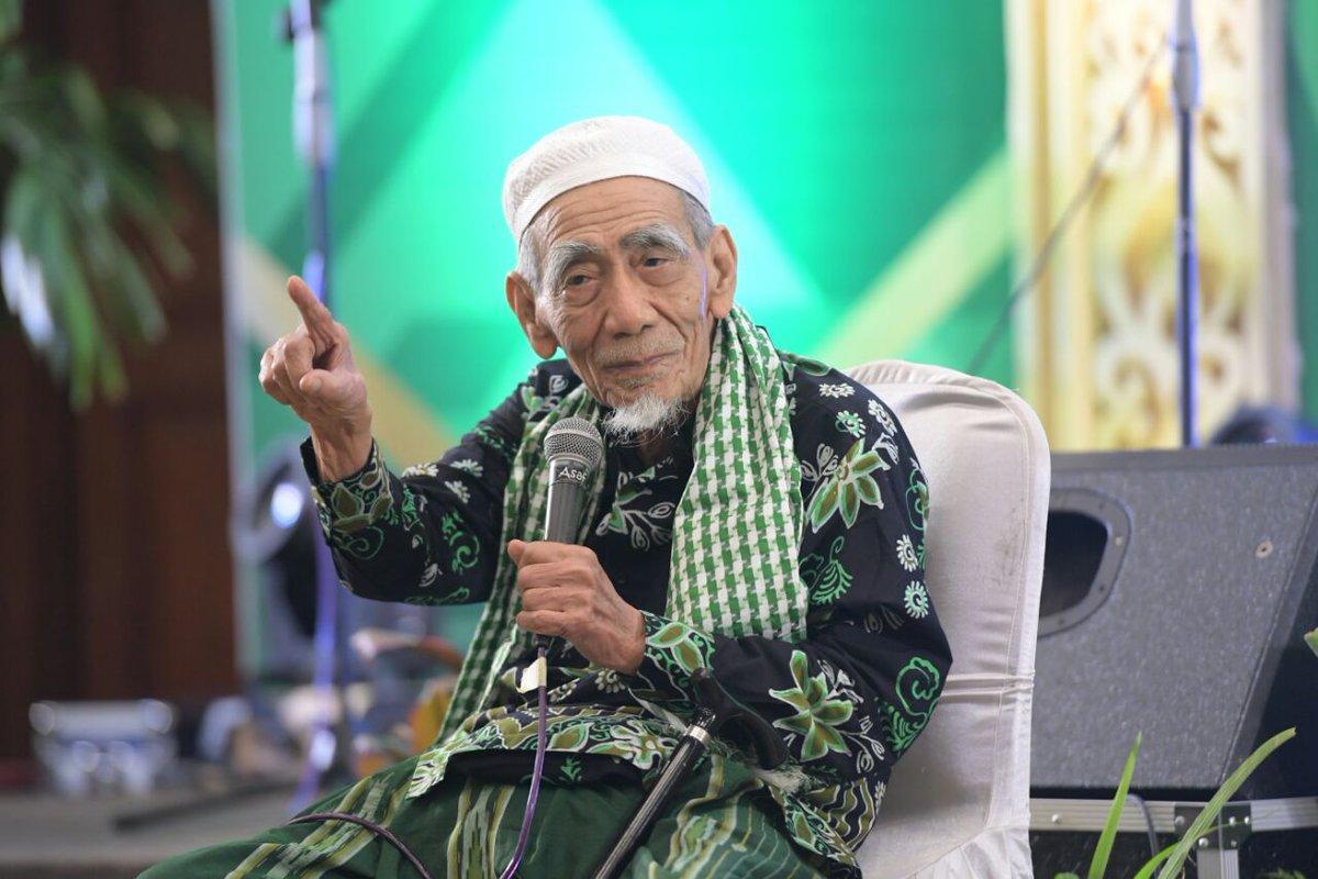 KH Maemon Zubair-Guru Itu Mendidik, Bukan Membuat Pintar-IslamRamah.co