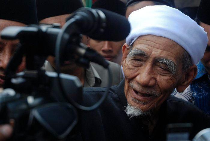 KH Maimun Zubair-Membela Tanah Air Fardlu 'Ain-IslamRamah.co